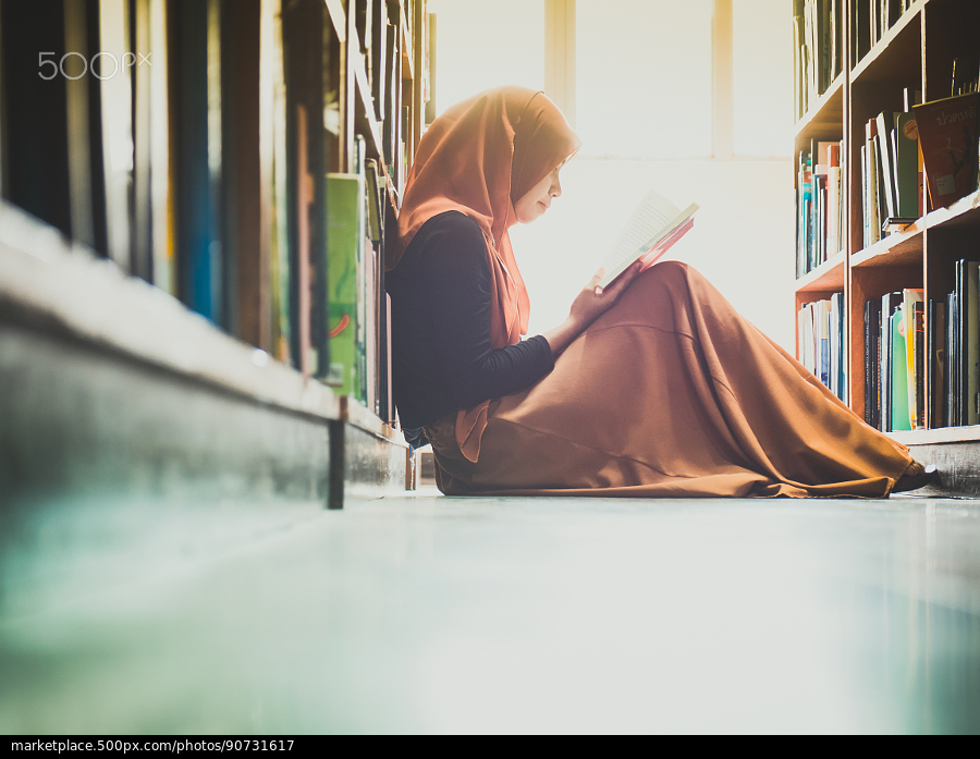 hijabi girl reading in library ask for recommendations